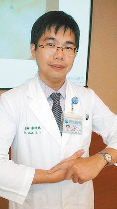 中醫師廖祥琳示範透過雙手虎口交叉,以食指按壓「列缺」穴約三分鐘,有助緩解咳喘。 ...