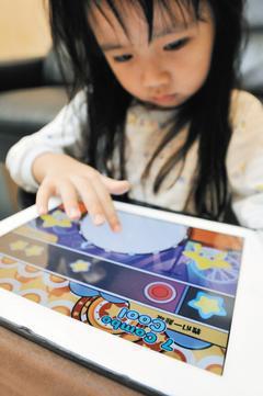 學者專家呼籲,不要太早讓孩子接觸平板電腦等3C產品,以免影響腦部發育。 聯合報...