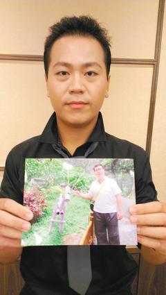 瘦31公斤的陳育倫,展示一年前胖到120公斤的照片。 記者趙容萱/攝影