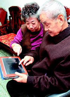 平板電腦與智慧型手機風行,許多銀髮族克服「科技恐懼症」,學會在行動載具上和子女互...