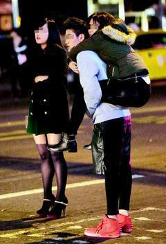跨年夜,打扮入時的年輕男女們,在酒精幫助下狂歡一整晚,街道上隨處可見不勝酒力的男...