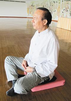 林聰明說靜坐前先做柔軟操,初學者可以先「下盤坐」,將兩小腿交叉而坐,上身保持端正...