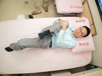 3.蜷膝壓腿鬆腰筋:膝蓋蜷曲往肩膀方向靠近,可緩解下背痠痛。彰化基督教醫院/...
