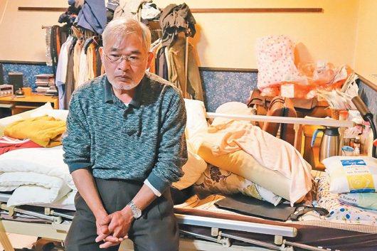 年近六旬的蕭柏洲坐在空蕩蕩的病榻前,思念與妻子相處的點點滴滴。 記者賴香珊/攝影