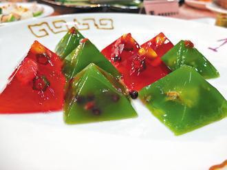 以菠菜汁與甜菜根的色素,鑲入海鮮、雞肉製作出晶凍菜餚,是吸睛又健康的菜餚。記...