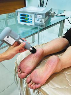 足底筋膜的疼痛狀況如果持續好幾個月,就需接受物理治療。 記者李樹人/攝影