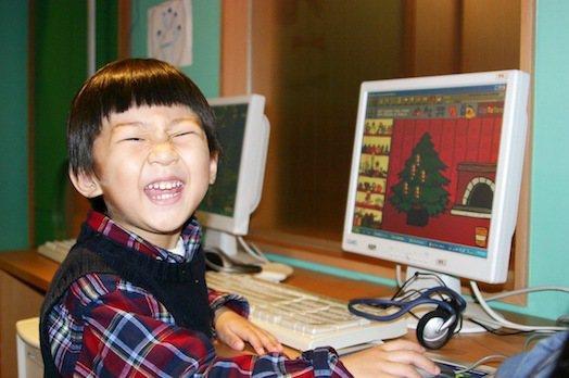 學齡前兒童,很熱衷玩電腦,要注意別讓3C,進到孩子的臥室。
