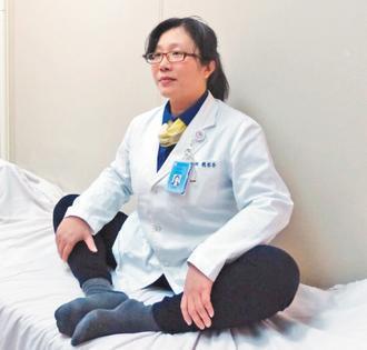 盤腿骨盆放鬆運動。 記者趙容萱∕攝影