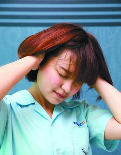 壓力太大,出現幻聽症狀,可能是思覺失調症,只要早期就醫、治療,非不能治癒。 記者...