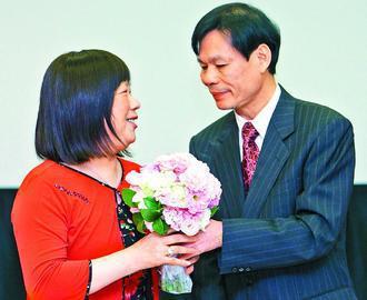 歐小姐(左)接受先生獻花,攜手同心抗癌。 圖/歐小姐提供
