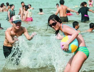 夏日戲水,醫師提醒,因泳池或海水不一定乾淨,戴著隱形眼鏡下水容易感染阿米巴角膜炎...