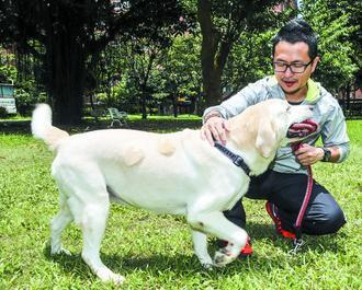 九把刀每天帶著愛犬可魯米到公園慢跑健身減肥。記者楊萬雲/攝影