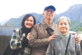 楊水生(中)與太太(右)、家人的合照。楊水生/圖片提供