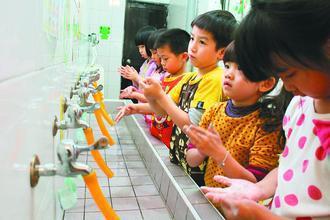 夏季是腸病毒流行疫情的高峰,疾病管制署提醒,家有五歲以下兒童應避免感染,以免併發...