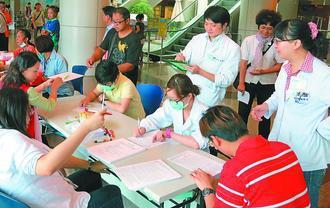 衛福部桃園醫院推廣愛滋篩檢,民眾只要填表格,醫護人員就會協助抽血檢驗。記者郭...