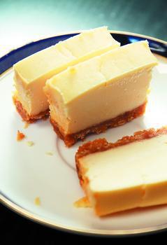 許多蛋糕、甜點,為了讓白色分看起來更明顯、更白,會添加二氧化鈦作為白色色素,讓食...