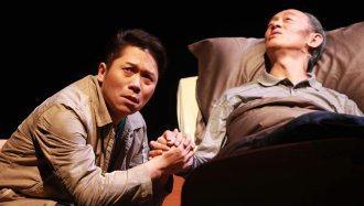 圖為《最後十四堂星期二的課》舞台劇照,演員金士傑飾漸凍人。
