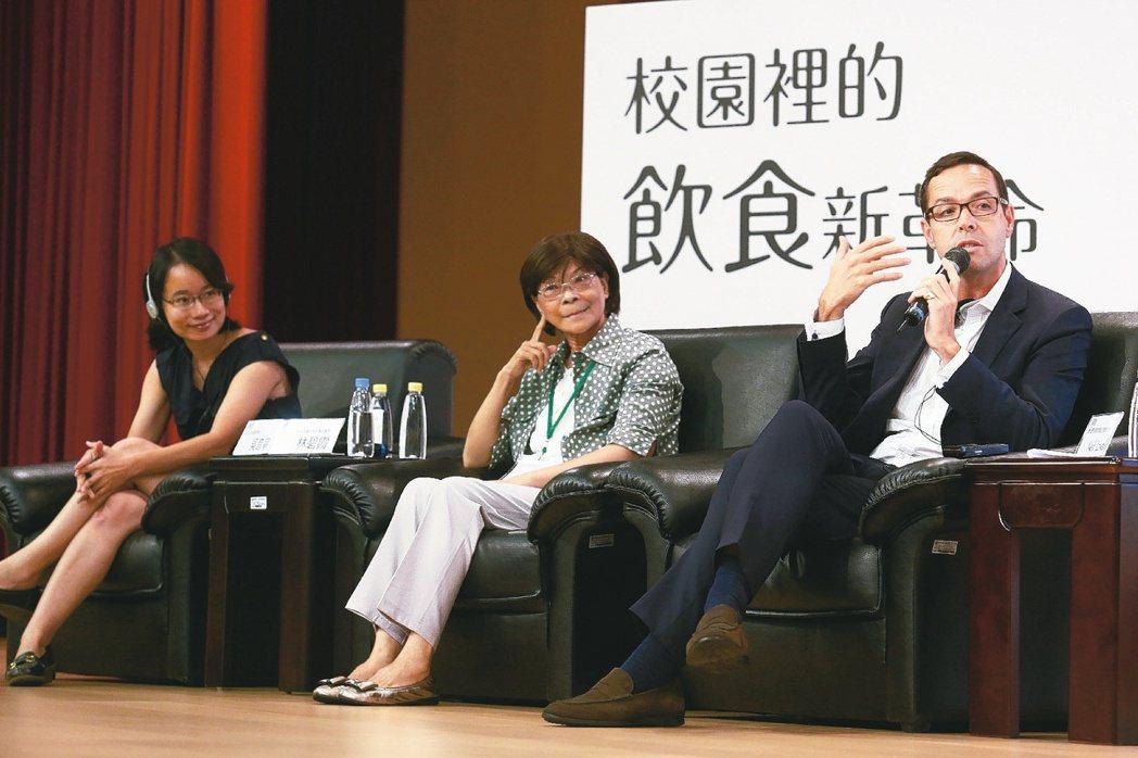 彰化溪州鄉秘書吳音寧(左)。 記者王騰毅/攝影