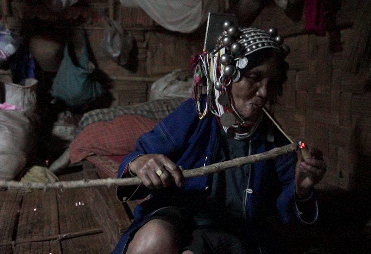 不論男女,阿卡族人吸食菸葉習慣普遍。 林以君攝