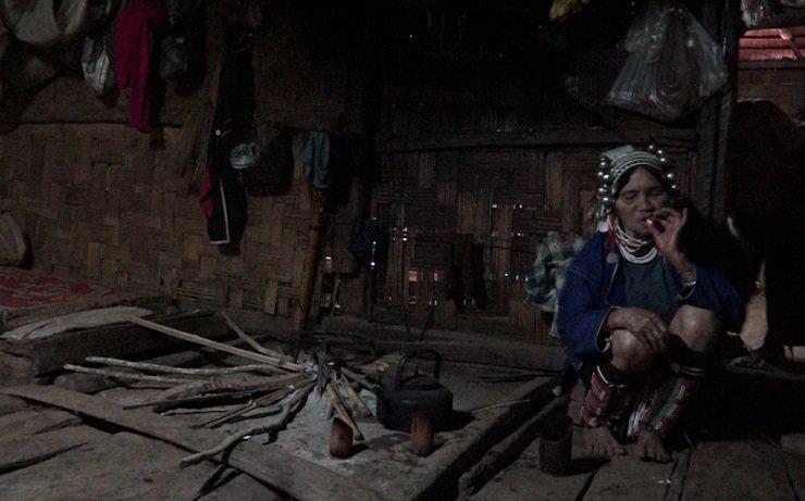 阿卡族婦女吸食菸葉。 林以君攝