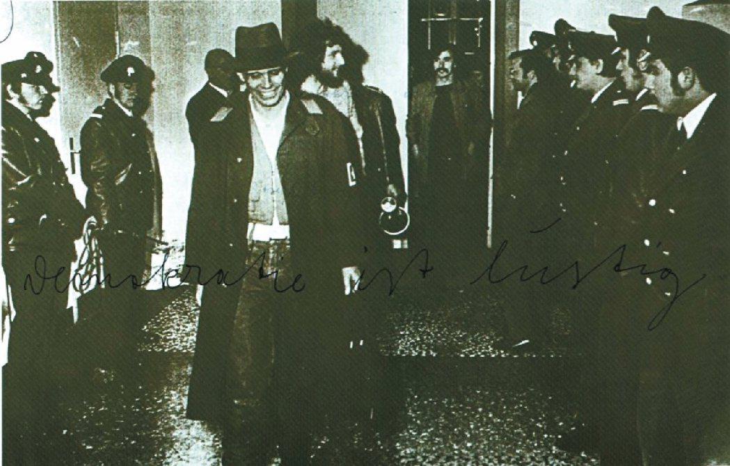 德國行為藝術家Joseph Beuys「Democracy is Merry」黑...