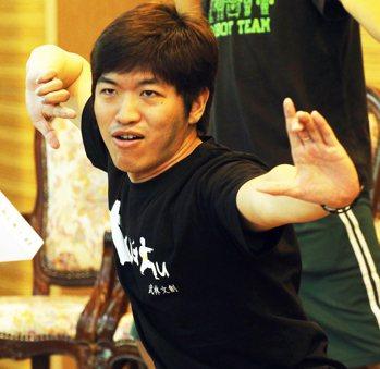 武林文創有限公司創辦人任培豪,帶領現場來賓來段武功創意舞蹈。 記者劉學聖╱攝影