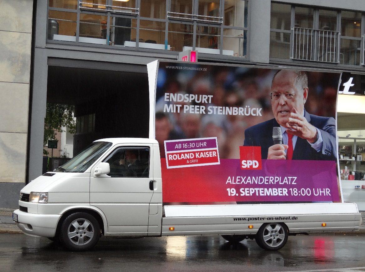 學學人家德國宣傳車在市區裡安安靜靜地繞行,只在看板上載明造勢時間跟地點。 圖...
