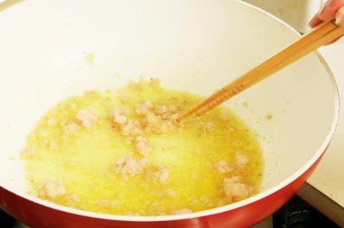 小吃攤油品是否使用過度,可從油的顏色及起泡程度做判斷! 圖片來源╱台灣好食材 F...