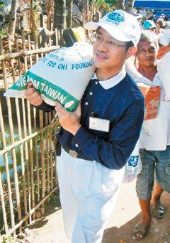 潘永謙到印尼義診,協助地震受災戶搬物品。圖/記者施鴻基攝影、關山慈濟醫院提供