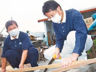 身兼慈濟志工,潘永謙(右)利用假日為當地老人修繕房屋。圖/記者施鴻基攝影、關...