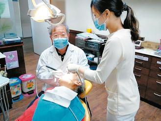 徐正隆在牙醫界服務35年,走過無數偏鄉。記者徐庭揚╱攝影、圖╱徐正隆提供