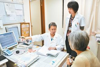 廖基元醫師視病猶親,提供病患最懇切的建議與關懷。圖/門諾醫院提供