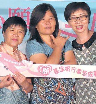 50歲的林玉婷(中)在12年前確診乳癌,至今已動過4次手術,雖然治療過程極為艱辛...