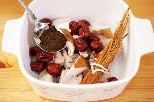 加入蔘類燉煮的雞湯 圖片來源╱台灣好食材 Fooding