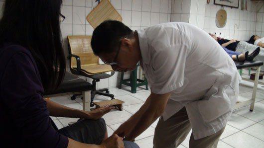新竹市一家知名中醫診所吸引患者半夜排隊等候針灸,有患者遠從金門、日本等地而來,七...