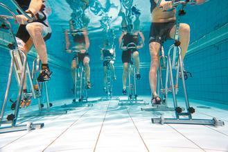 談到水中運動,多數人都會想到游泳,但其實,把腳踏車騎進游泳池,也已成為方興未艾的...