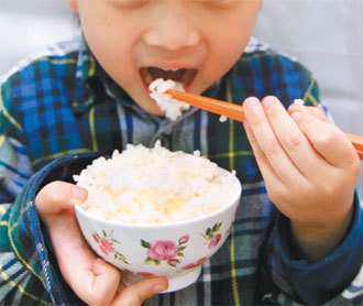 孩童偏食只吃白飯,當心生長遲緩長不高。人體無法自行合成「鋅」, 需從飲食攝取。...