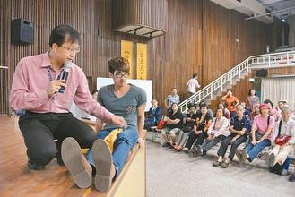 中國醫藥大學附醫復健部物理治療師蕭敬儀(左一)和聽眾分享居家的關節復健技巧。 記...