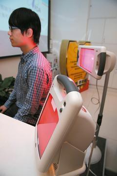使用紅外線治療器,距離、時間都要留意,以免燙傷。記者陳瑞源/攝影