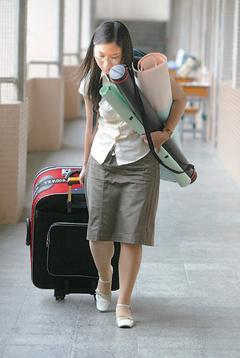 參加甄試的「流浪教師」手提裝著教具的大大小小行李箱在各考場奔波,只為一圓教師夢。 本報資料照片