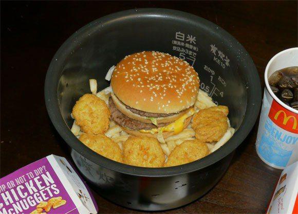 洗好的米、薯條、漢堡、雞塊,依序擺入電鍋內鍋 圖片來源/ YouTube