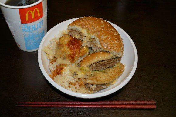 大功告成?看起來還有漢堡的樣子,吃起來完全不是那麼一回事了。 圖片來源/ You...