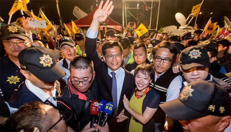 林佳龍當選台中市長,與妻廖婉如在競選總部旁搭建的舞台進場,感謝支持的群眾,群眾高...