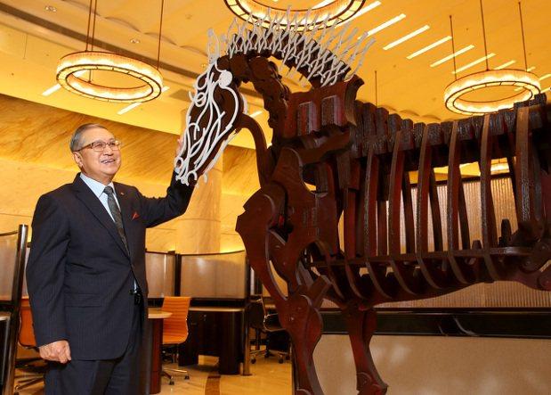 駱錦明與他所收藏席時斌的作品「知識之馬」。 記者林澔一/攝影