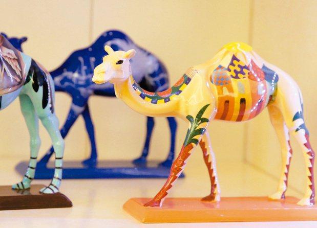 駱錦明早期蒐藏許多駱駝相關作品,後來改蒐藏馬類藝術品居多。 圖/林澔一攝影