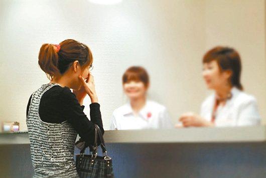 國內醫美亂象多,醫師提醒,不要為了節省醫師診療費,直接與美容諮詢師對談。記者...