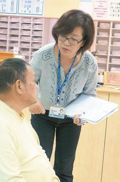 芬園衛生所護理長張寶鏈(右)被稱為「追篩達人」,協助鄉民癌症篩檢。記者林敬家...