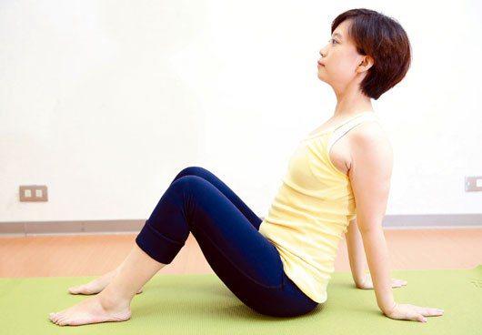 1.眼睛平視前方,膝蓋彎曲,腳掌貼地,雙手放在身體後方,掌心貼地支撐身體重量。 ...