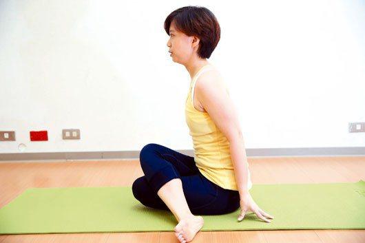 3.之後右腳膝蓋交疊於左腳膝蓋上方,右腳放在左臀部旁。攝影:記者趙文彬