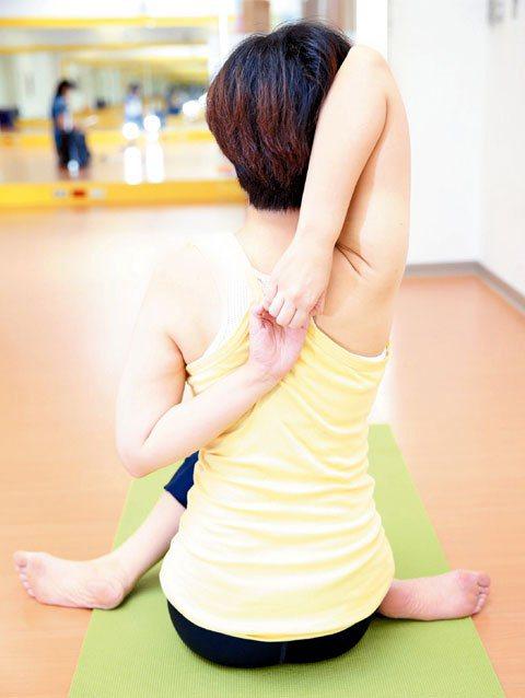 4.右手舉高,左手繞到背部,左手肘彎曲,兩手手指互相緊握,停留4至6個呼吸。...